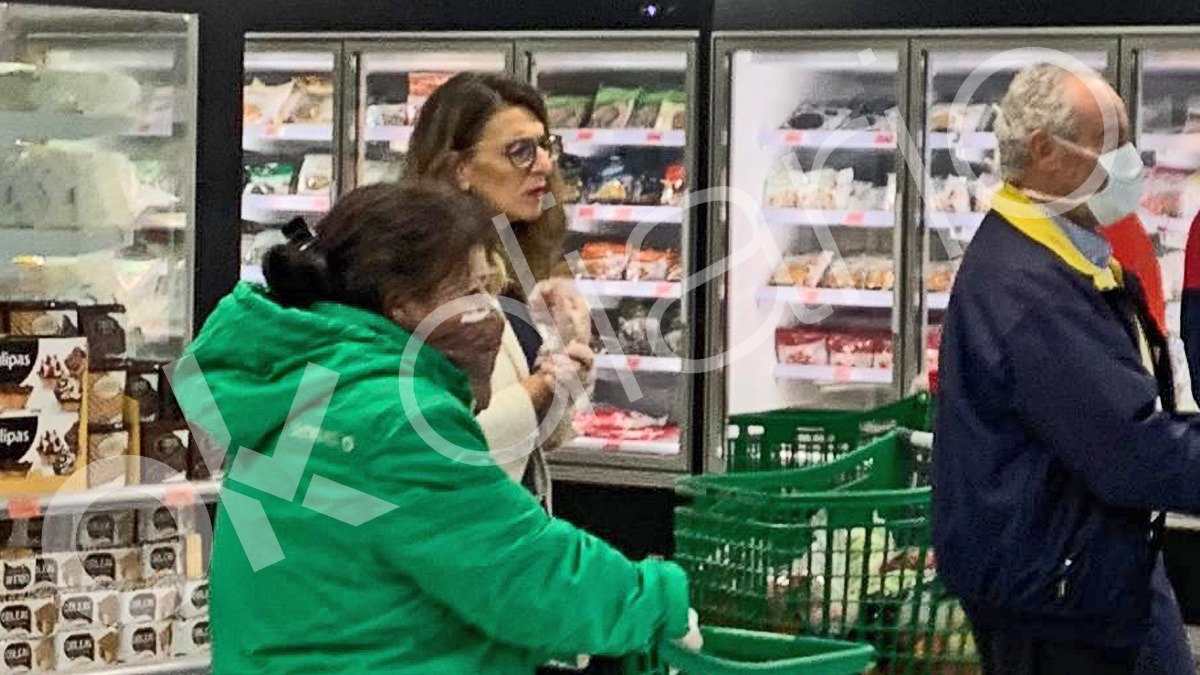 Yolanda Díaz hace la compra en Mercadona sin la mascarilla y los guantes de látex que aconseja su Gobierno