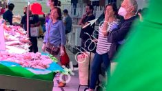 La presidenta del Govern balear, Francina Armengol, el sábado en el Mercado del Olivar de Palma, sin guantes ni mascarilla.