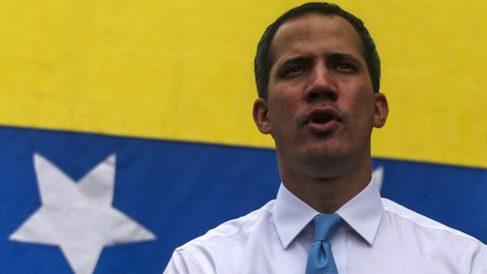 Juan Guaidó con una bandera de Venezuela a sus espaldas. Foto: AFP
