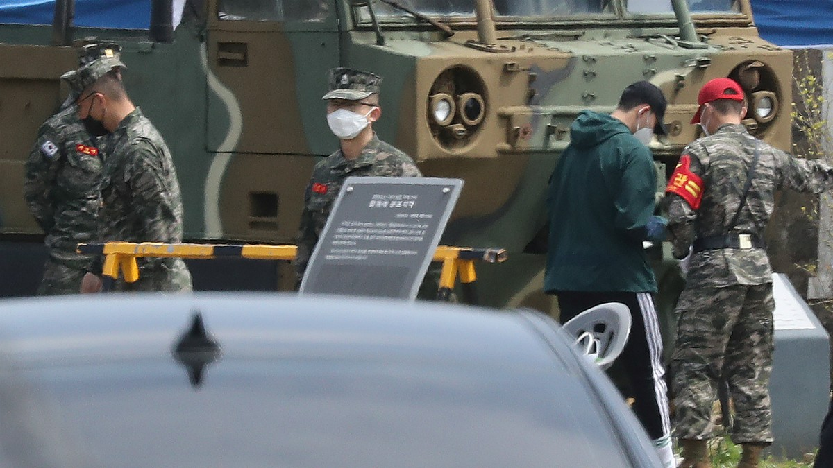 Heung Min Son a su llegada a la base militar para realizar el servicio militar en Corea del Sur. (AFP)