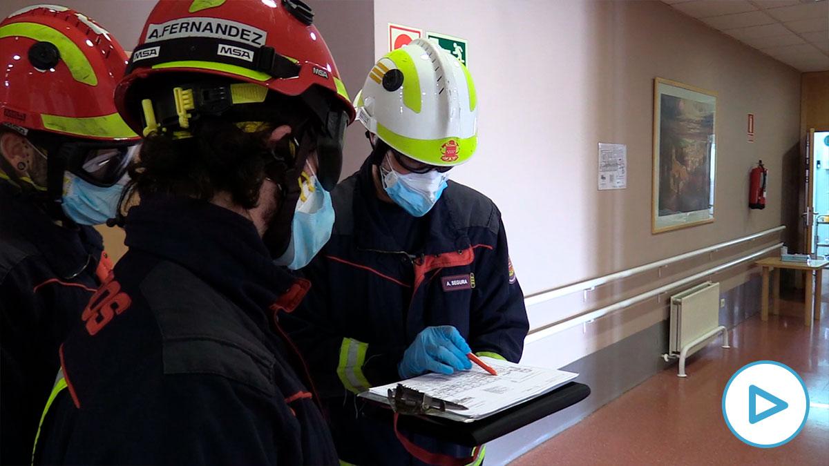 Un equipo de bomberos de la Comunidad de Madrid durante una intervención en una residencia de ancianos.
