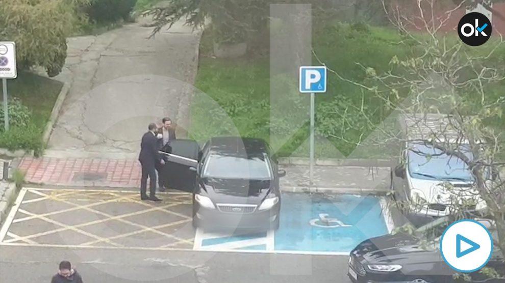 El ministro Alberto Garzón subiendo a un coche oficial parado en una plaza para personas con movilidad reducida.