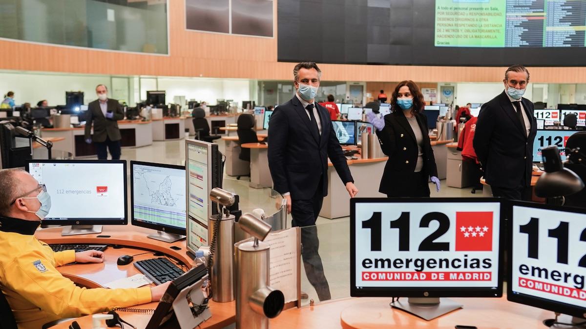 Isabel Díaz Ayuso y Enrique López este martes visitando el 112. (Foto: Comunidad)