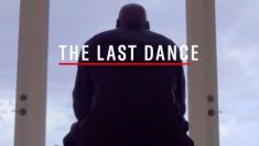Michael Jordan, de espaldas, en la emisión de The Last Dance.