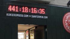 La famosa cuenta atrás de los Sanfermines en la calle Estafeta de Pamplona que marca, por primera vez, más de 365 días.