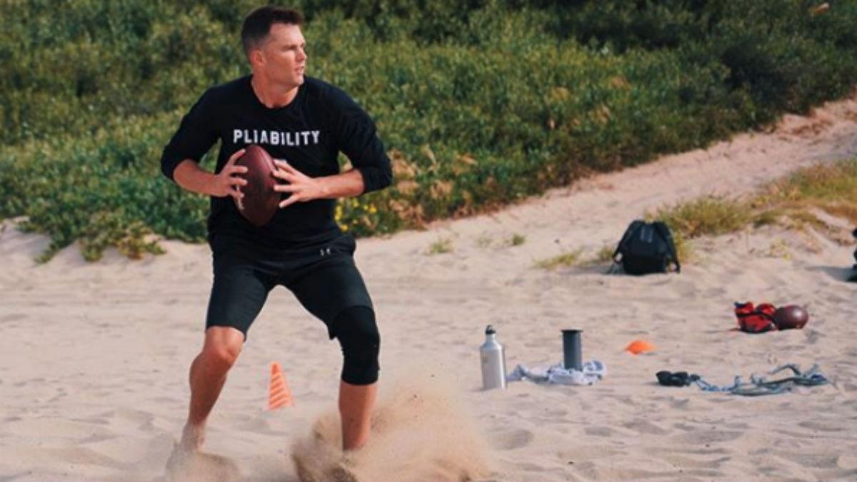 Tom Brady, entrenándose en un parque. (Instagram)