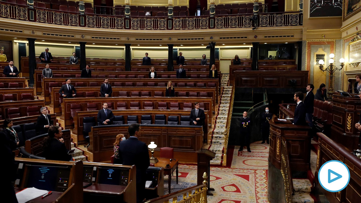 Pablo Casado en la tribuna del Congreso durante el minuto de silencio que ha pedido esta mañana.