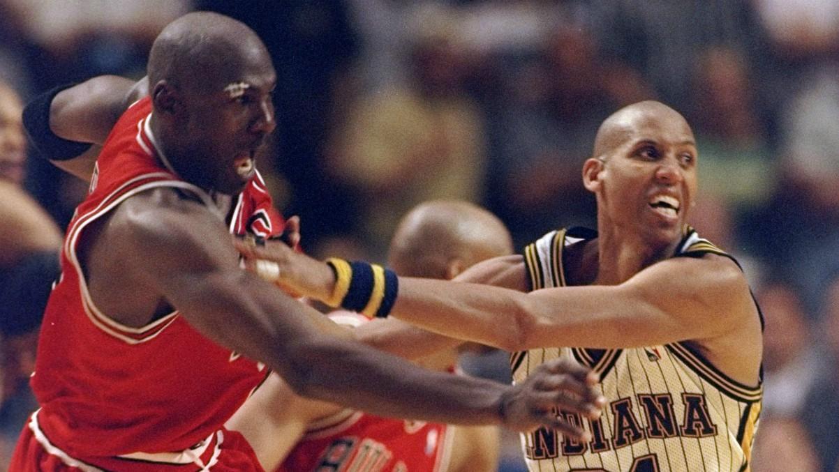 Michael Jordan y Reggie Miller luchan en un partido. (Getty)