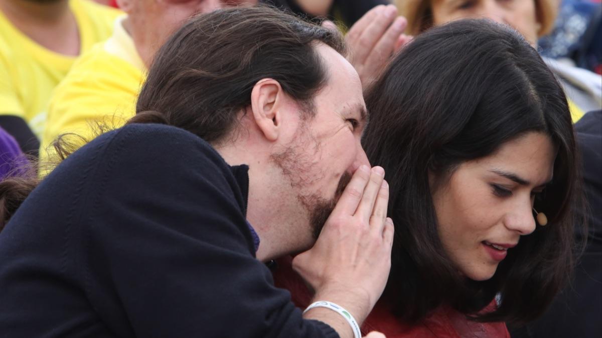 Pablo Iglesias hablando al oído a Isa Serra. (Foto: EP)