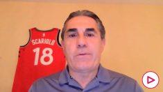 Sergio Scariolo, con la camiseta conmemorativa al fondo como vigente campeón de la NBA.