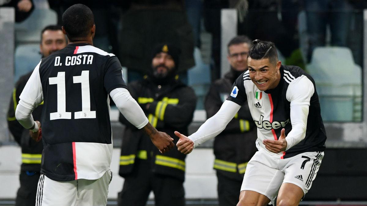 Douglas Costa y Cristiano Ronaldo. (Getty)