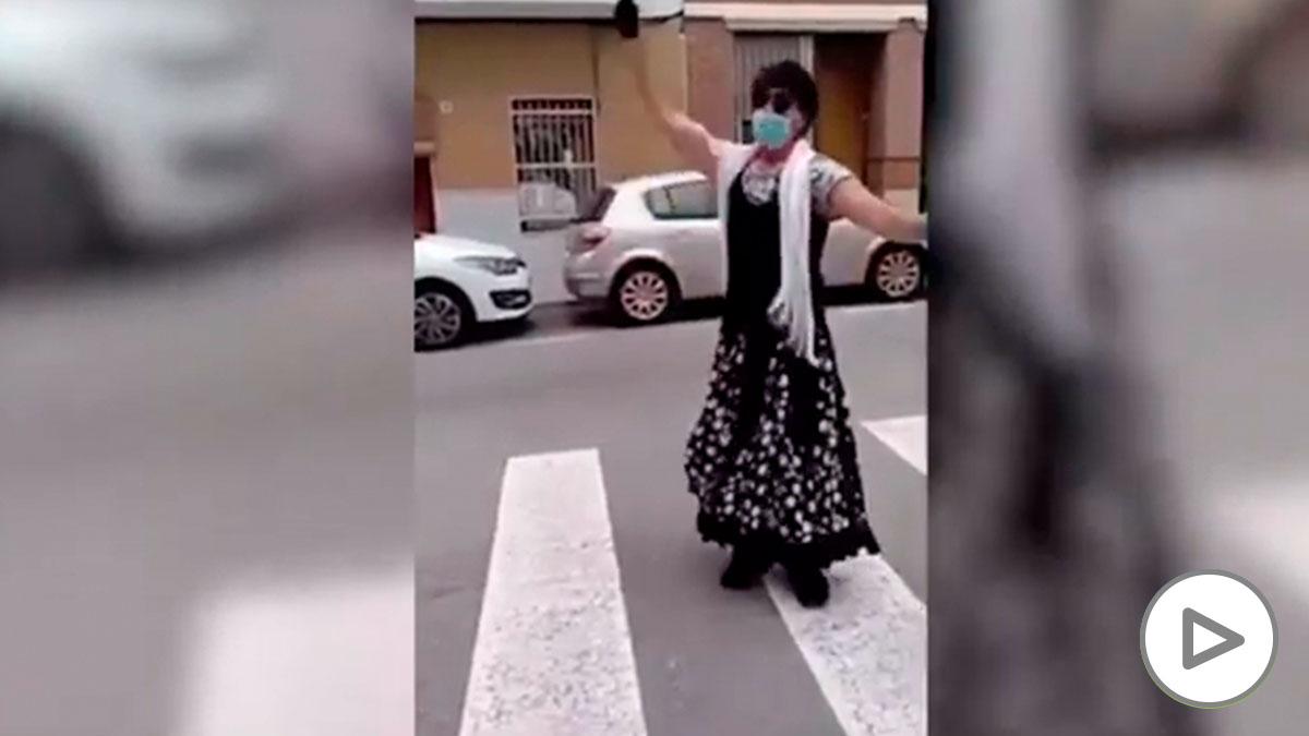 Un hombre se salta el confinamiento para bailar en la calle vestido de sevillana