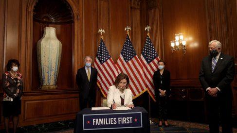 Nancy Pelosi firma el estímulo aprobado por la Cámara de los Representantes de EEUU para combatir los efectos negativos del coronavirus. Foto: AFP