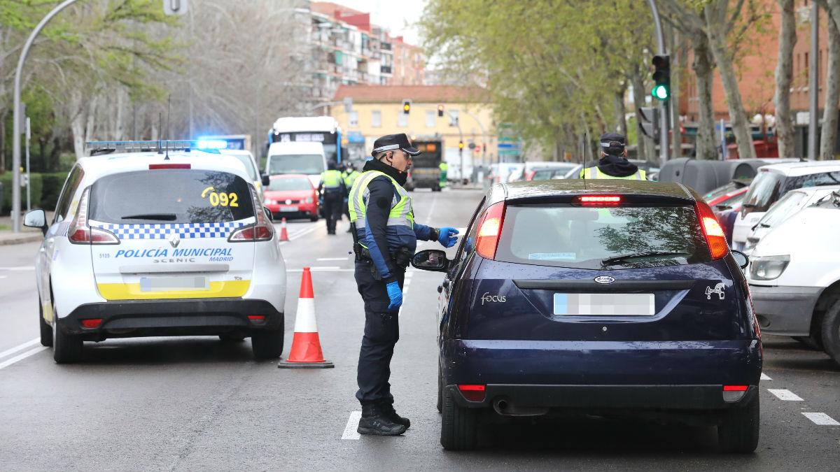 Un policía municipal le piden la documentación a un conductor en un control de policial. (Foto: Europa Press)