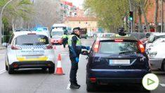 Un policía municipal le piden la documentación a un conductor en un control de policial en el municipio madrileño de Vallecas para vigilar que todos aquellos que se salen durante el confinamiento. (Foto: