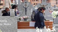 Uno de los entierros de víctimas del COVID-19 sin familiares acompañando al féretro.