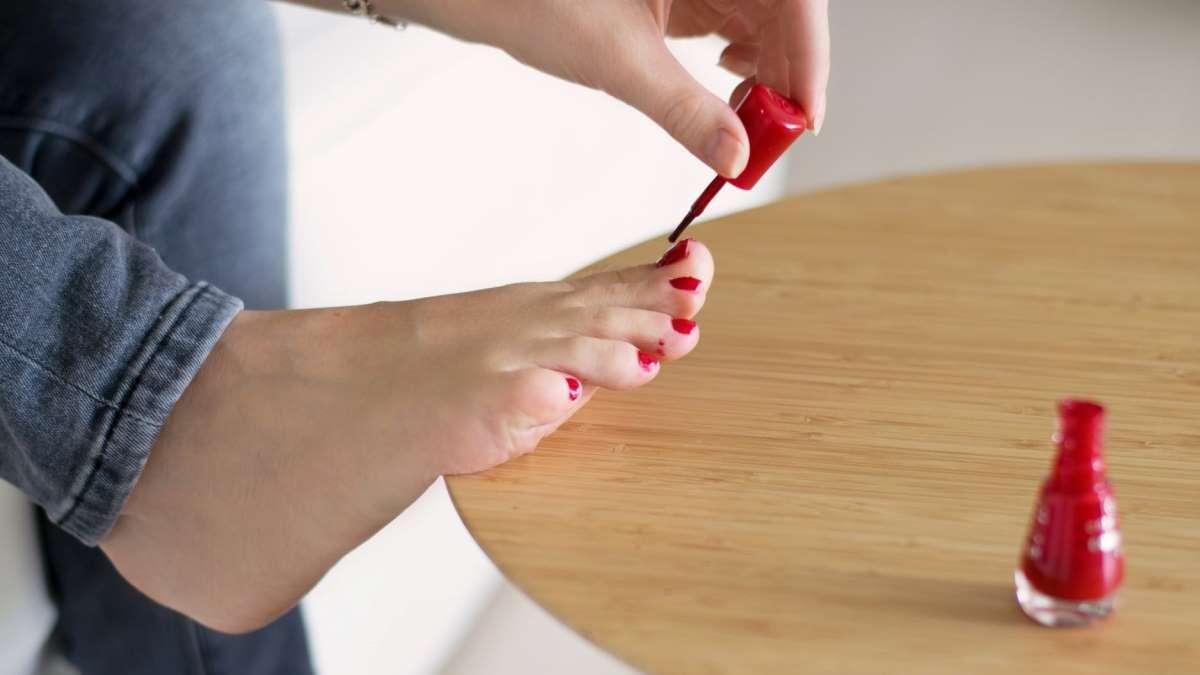 Hacerte las uñas en casa puede ser muy sencillo tanto para las manos como para los pies