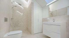 La mampara de la ducha es una de las partes que más destaca en el cuarto de baño