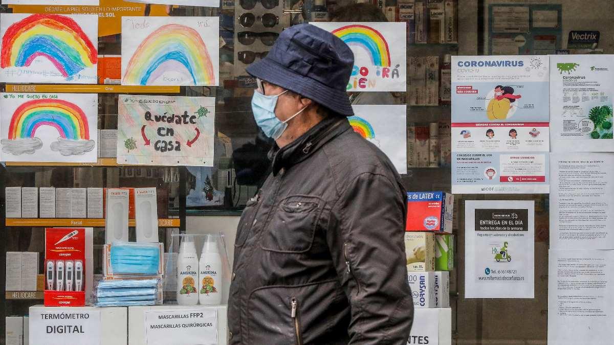 Un hombre pasa frente a una farmacia. Foto: EP
