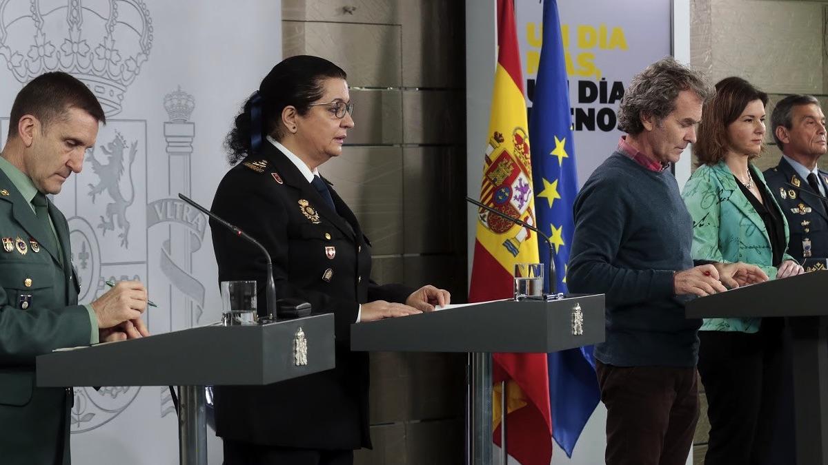Rueda de prensa en La Moncloa con profesionales uniformados. (Foto: Pool)