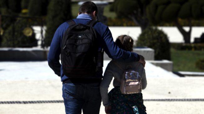 Un padre con su hija en un parque.