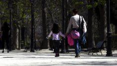 Una madre con su hija en un parque de Madrid. (Foto: Óscar Cañas : Europa Press)