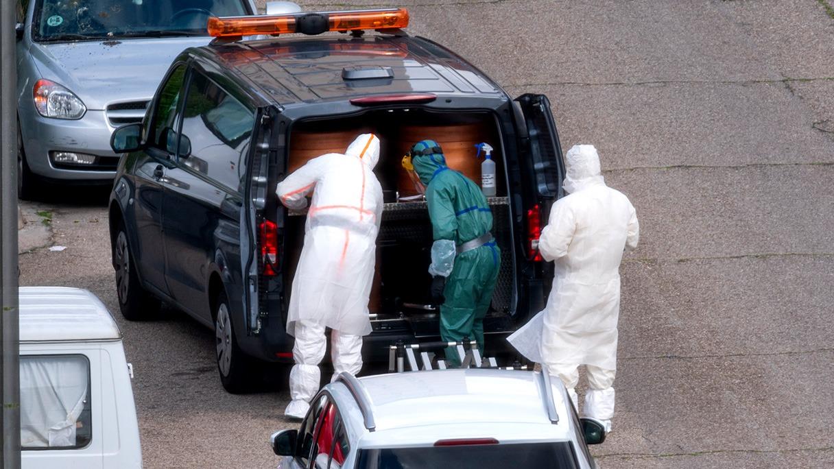 Una furgoneta fúnebre con varios ataúdes durante la crisis del coronavirus.