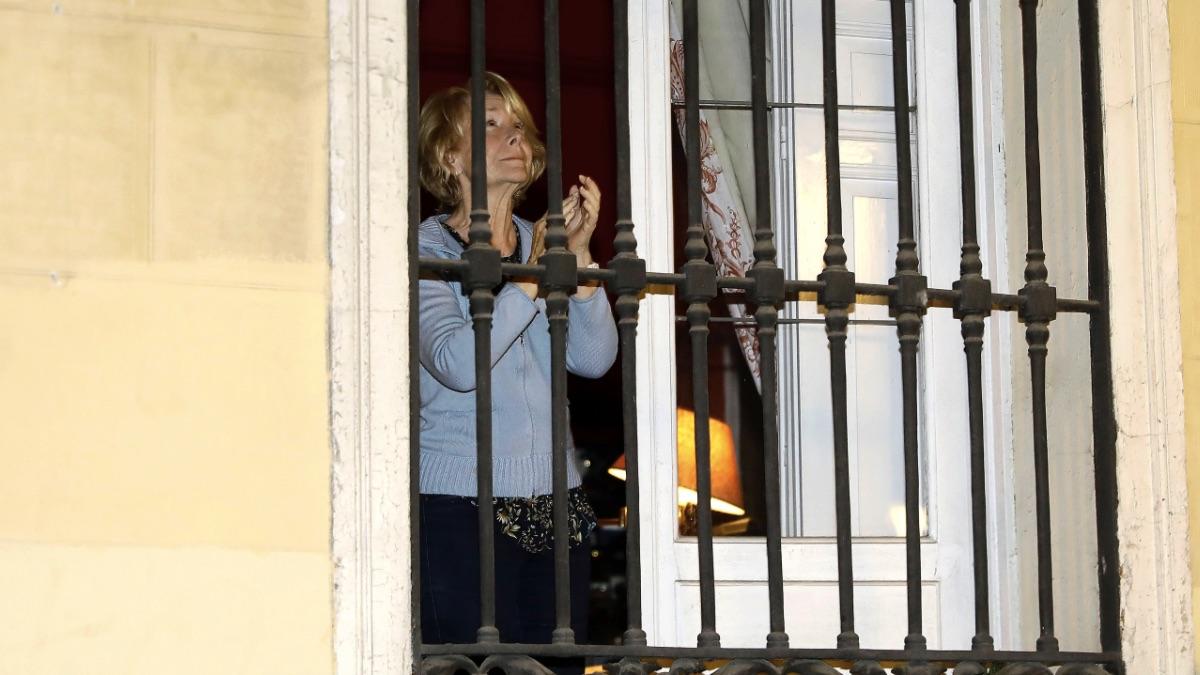 Esperanza Aguirre aplaudiendo en su balcón. (Foto: Josefina Blanco : Europa Press)