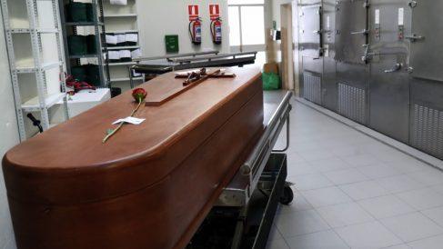 Un féretro en el cementerio de La Almudena durante la pandemia de coronavirus. (Foto: EP)