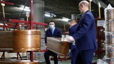 Varios operarios apilan féretros para trasladarlos del almacén de los Servicios Funerarios de Madrid en el Tanatorio M-30 durante la pandemia de coronavirus. (Foto: Europa Press)