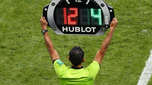 Un cuarto árbitro saca la tablilla en un cambio. (Getty)