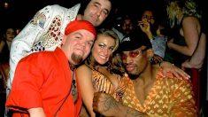 Dennis Rodman, junto a Carmen Electra, en una fiesta.