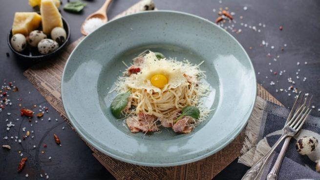 Receta de espaguetis a la carbonara con vino y huevo de codorniz