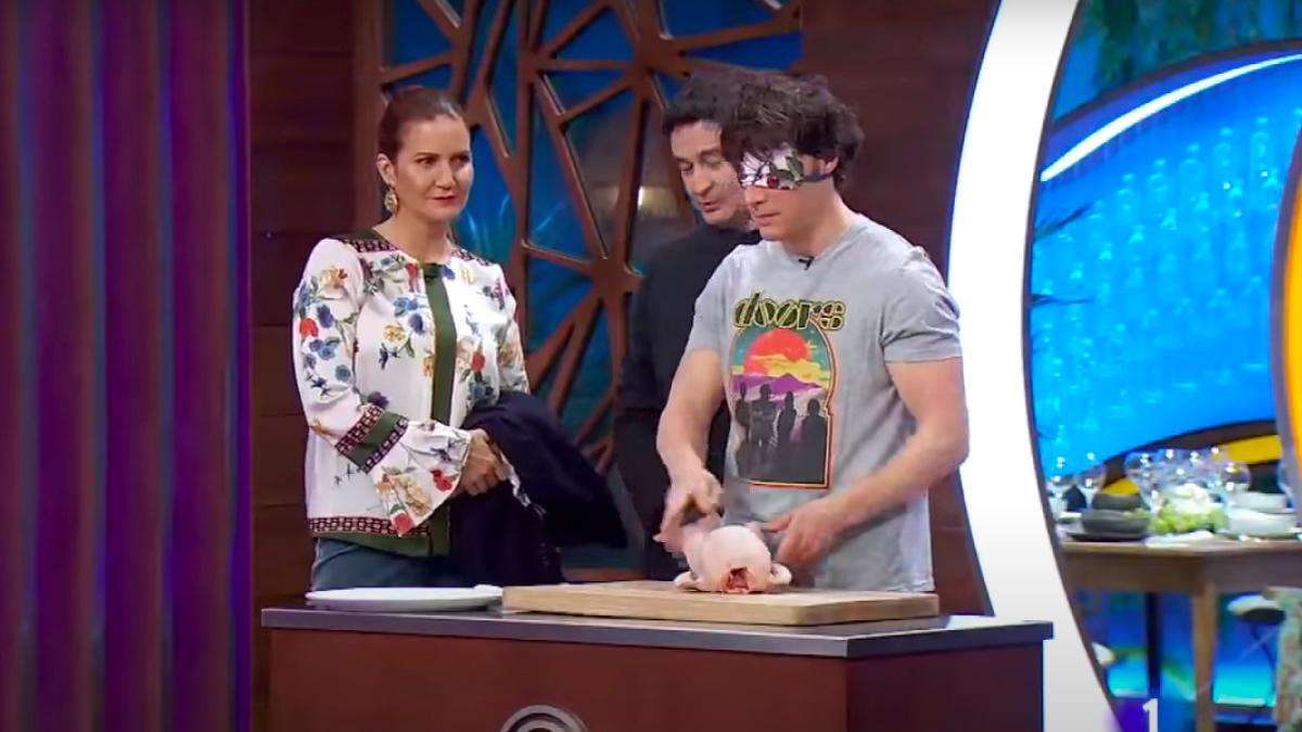 Así es el vídeo de Jordi Cruz deshuesando un pollo con los ojos tapados