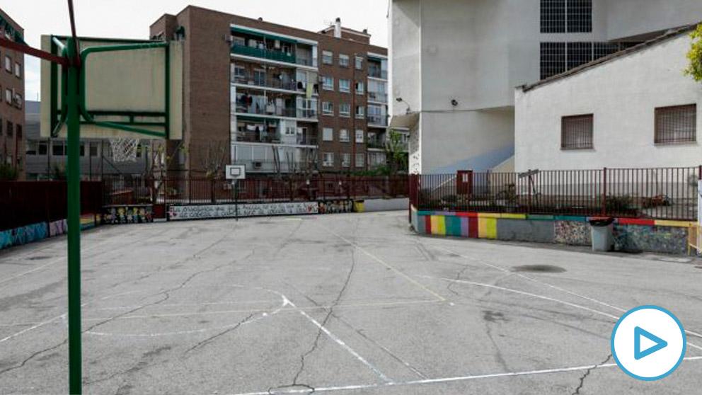Patio de un colegio cerrado en Madrid por la pandemia del coronavirus. (Jesús Hellín/EP)