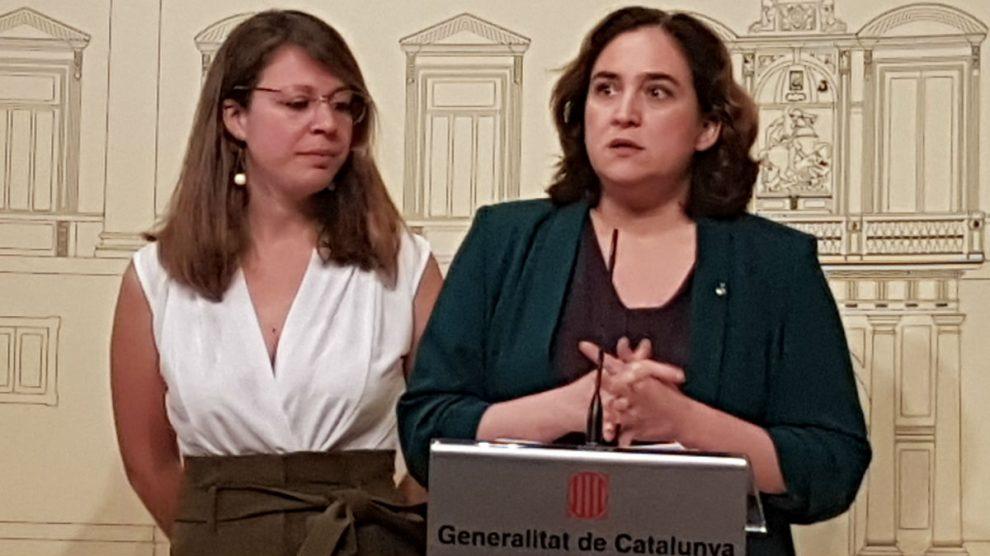 Janet Sanz, teniente de alcalde de Ecología, Urbanismo y Movilidad en el Ayuntamiento de Barcelona, y Ada Colau, alcaldesa de Barcelona. (Foto: Europa Press)