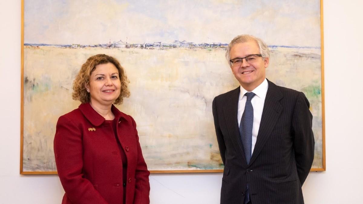 La decana del Colegio de Registradores de la Propiedad y Mercantiles de España, María Emilia Adán García, y el presidente de la CNMV, Sebastián Albella.