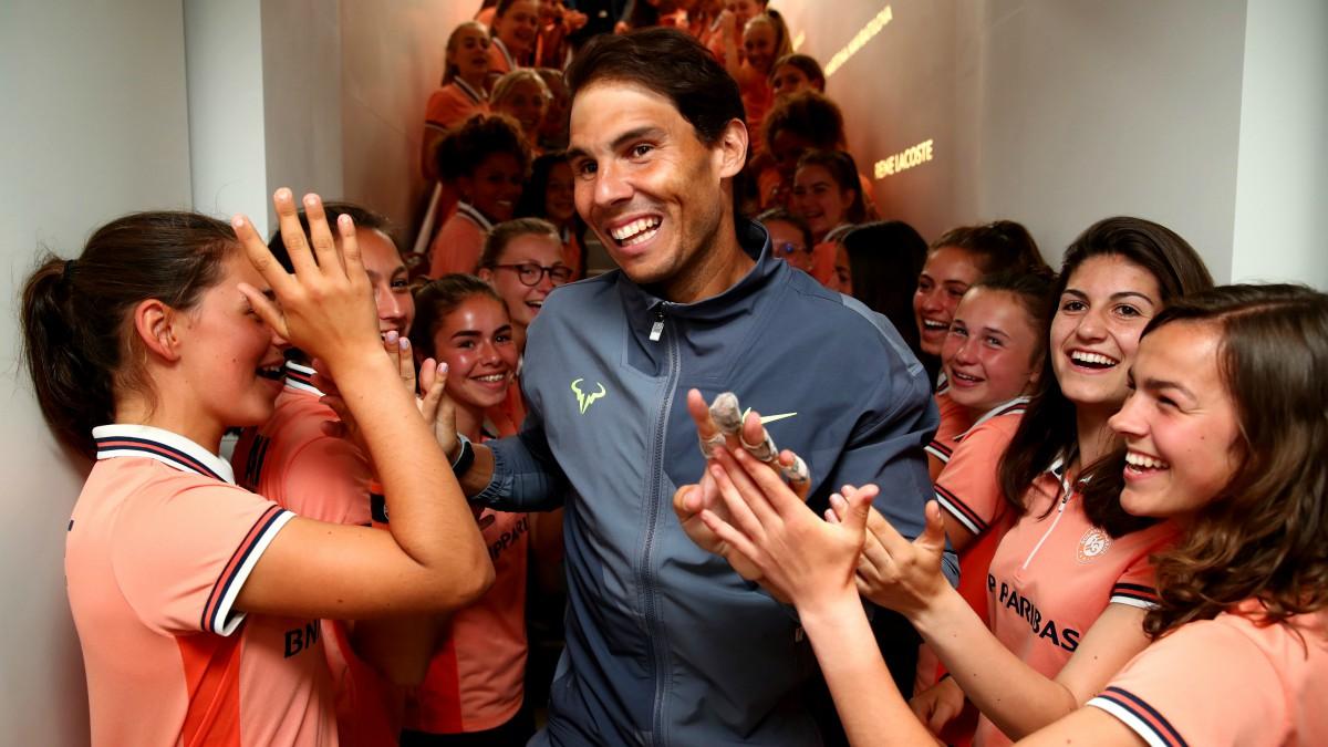 Nadal celebra junto a los recogepelotas el título de Roland Garros. (Getty)