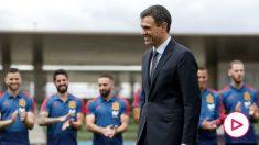 Pedro Sánchez, con los futbolistas de la selección española al fondo.