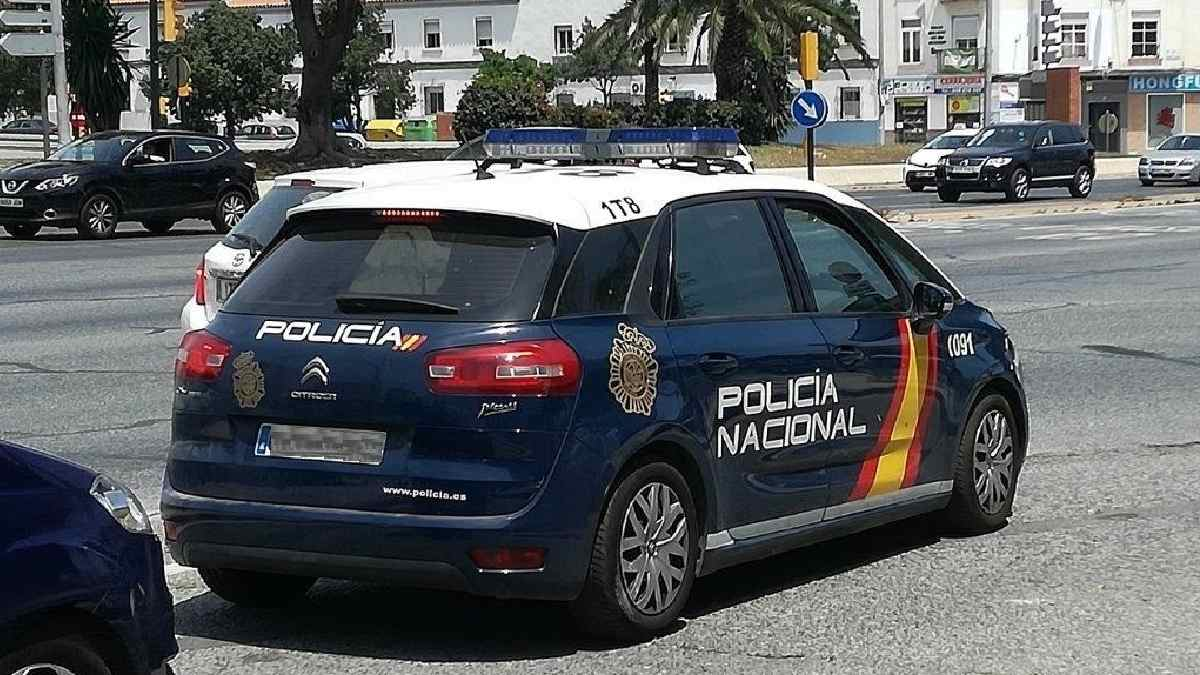 Agentes de la Policía Nacional en el vehículo oficial. Foto: EP