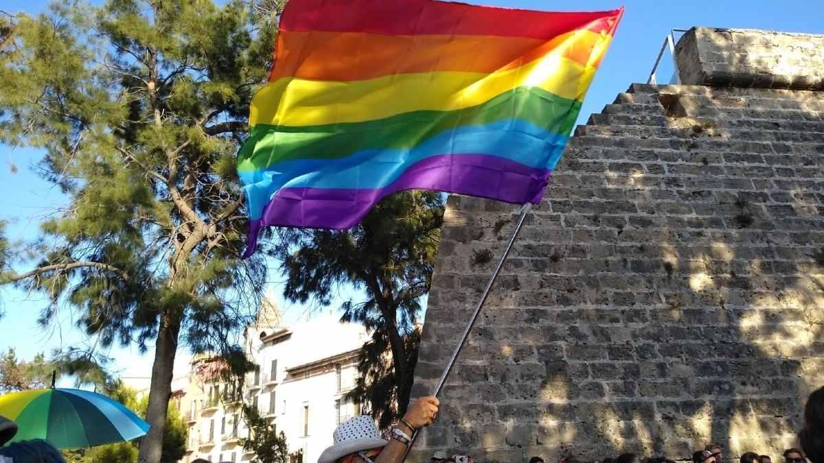 Bandera arcoíris en el Orgullo. Foto: EP