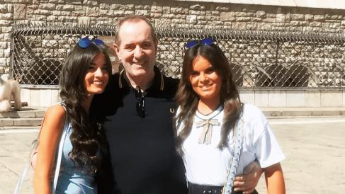 Antonio, fallecido por Covid-19, junto a sus hijas @Cortesía