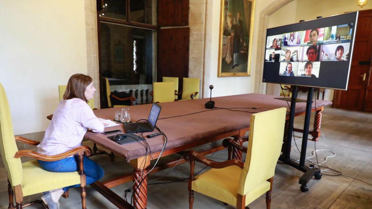 Francina Armengol celebra una vídeoconferencia con alcaldes menorquines para diseñar el plan de desescalada.