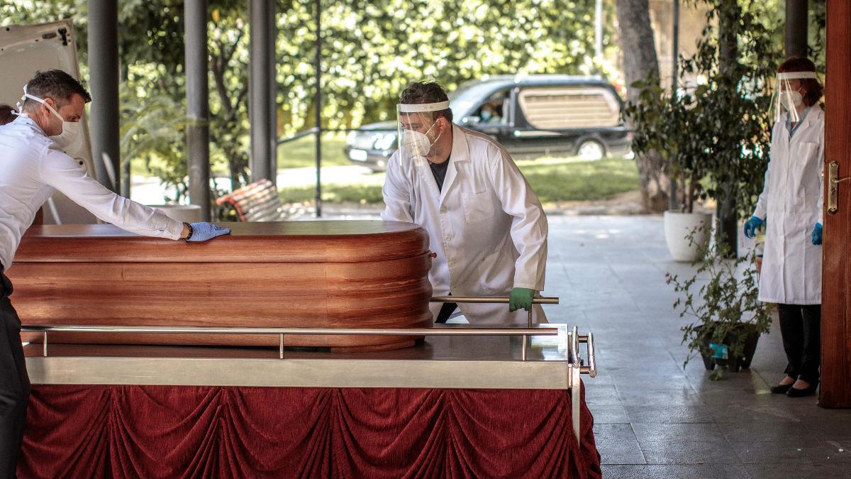 Empleados de una funeraria en Valencia.