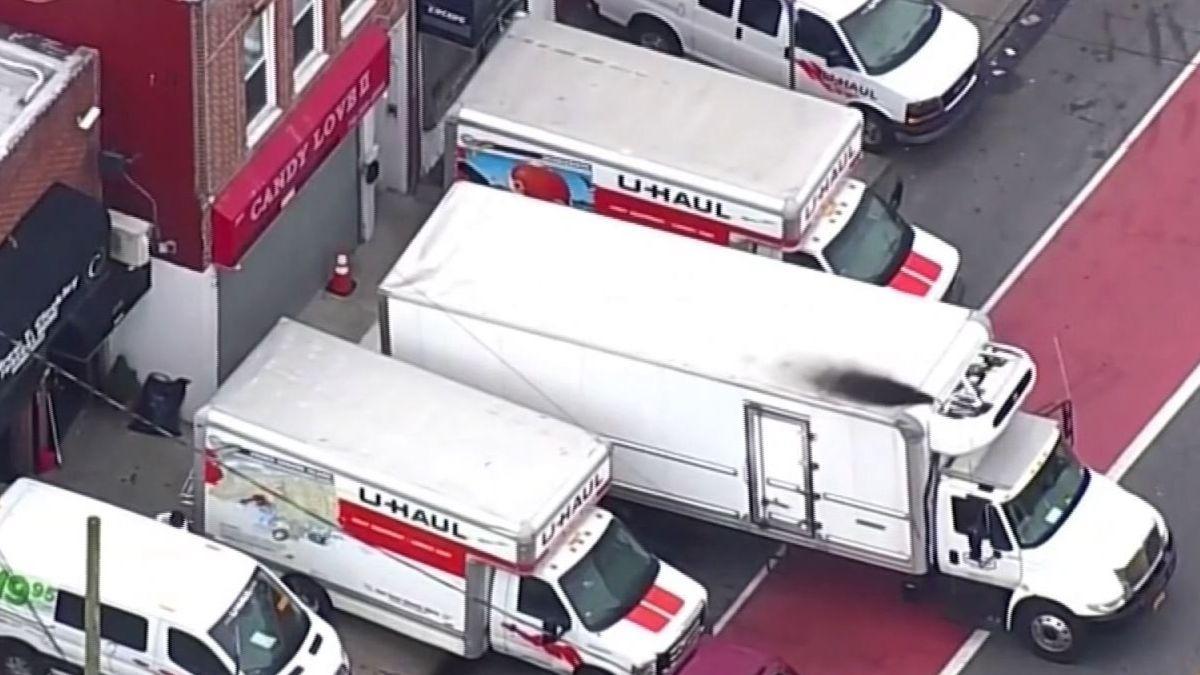 Camiones de mudanzas frente a una funeraria en Nueva York