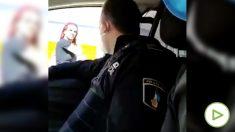 Un policía local de Benidorm veja a una transexual.