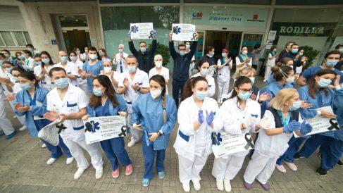 Varios sanitarios del Hospital Fundación Jiménez Díaz aplauden en apoyo a los profesionales fallecidos por coronavirus y sus familias durante la pandemia. (Foto: Europa Press)