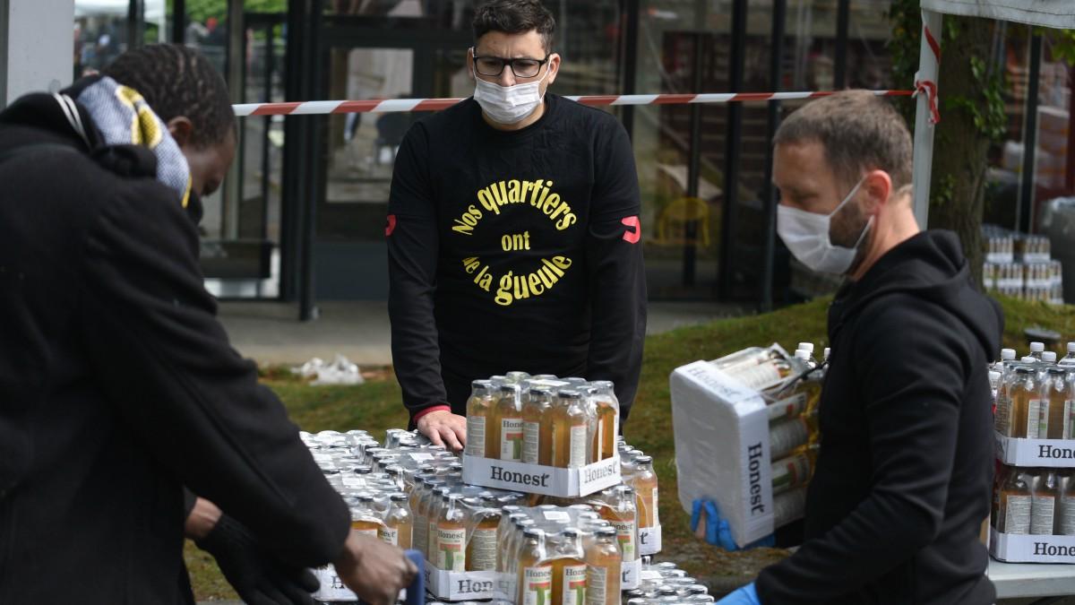 Distribución de alimentos en Clichy-sous-Bois, un suburbio al norte de París – Mehdi Chebil