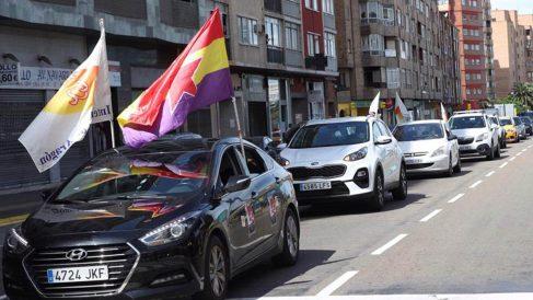 Manifestación en coche por el 1º de Mayo que ha recorrido esta mañana el centro de Zaragoza