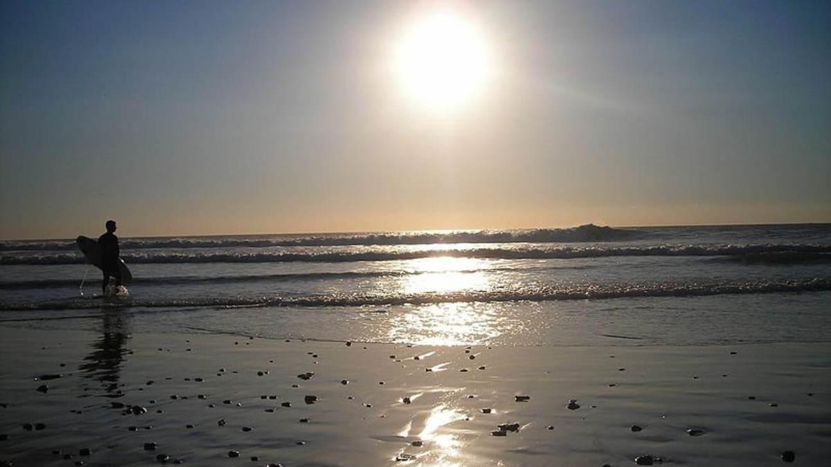 La incongruencia de Sánchez en Tarifa: permite hacer surf pero no bañarse